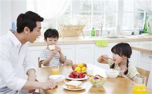 为啥该让娃从小跟爸妈饭桌上吃饭