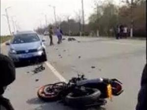 太湖大道摩托车与轿车对撞男子飞出十几米