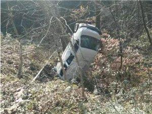 汉中一轿车,翻到沟里去了!