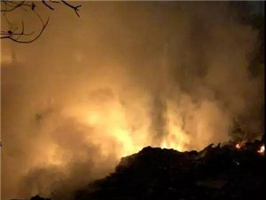 汉中一民房附近火光四起,浓烟密布