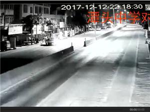高州潭头中学对面路段两辆小车发生碰撞,现场火星四溅!