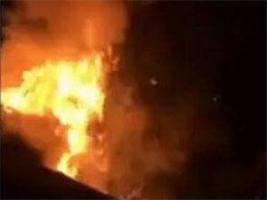 电厂附近一轿车自燃,雨中火光冲天
