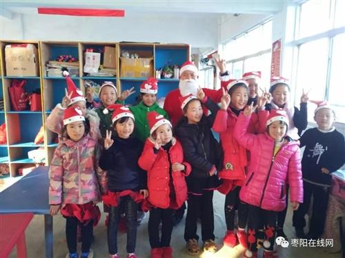 昨天枣阳街头惊现许多穿着红色衣服的人,引众人围观!!!