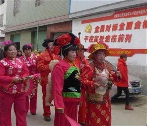 特有婚俗!陕西汉中迎亲公婆身背超大奶瓶和娃娃