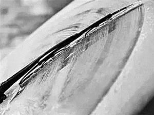 雪天车玻璃结冰,车被冻住了怎么办?你做对了吗?