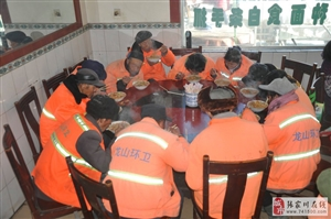 张家川一饭馆老板请环卫工人免费吃炒面有人说是做秀?