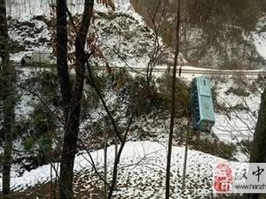雪地行车,西乡五里坝一班车侧滑进沟