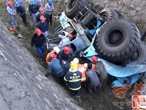 大唐略电发生事故 装载机冲入河道侧翻 司机被困