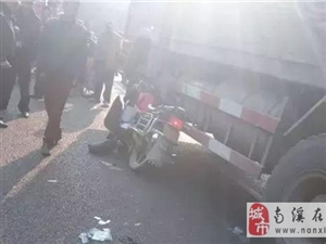 揪心!宜宾一家长骑摩托送娃儿读书,孩子脸部被大货车压得几乎毁容!