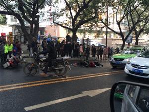 【网曝】自贡新桥往光大街方向发生惨烈车祸