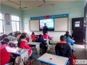 铁警对学生进行假前铁路安全宣传教育