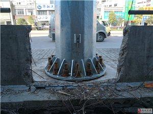 【网友爆料】山水龙城人行道东边护栏破掉,有一米左右的口子