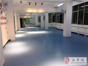 用舞蹈演�[生命的�群�――舞�舞蹈培�中心