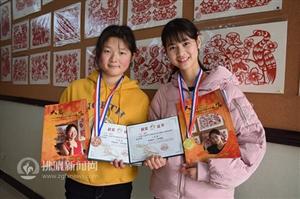 新葡京在线娱乐市特教中心两聋哑女孩国际青少年书画比赛获大奖