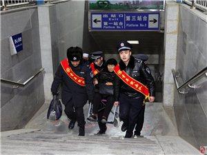 """春运第一天,格尔木铁警""""雷锋式警队""""让旅客体验更美好"""