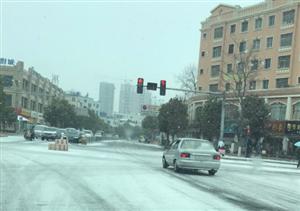 弄个大的雪,却有人驾车闯红灯,真替你爹妈捉急