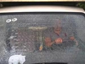车窗上的小黑点竟然是这个作用?老司机都不知道!