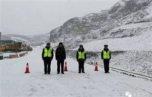 茂林天降鹅毛大雪,民警冒雪护交通(视图)