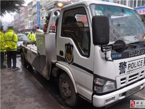 兴文交警全力开展对石海路车辆乱停乱放集中整治行动