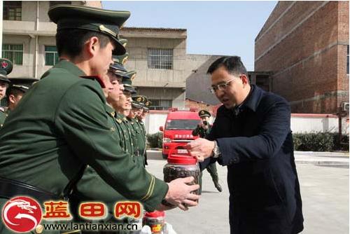 县长任涛春节前夕慰问消防官兵