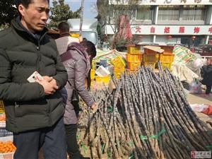汉中宁强过年街头采购年货忙