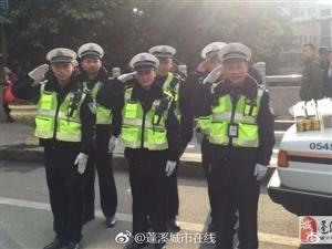 暖心!蓬溪群众为执勤交警送咖啡牛奶和红牛饮料