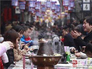 年俗流淌在青石板上 乌镇长街宴上热气腾腾年味浓