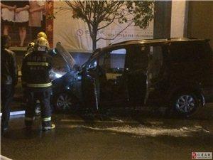 2月21日晚十二点多水体公园发生交通事故致车燃烧