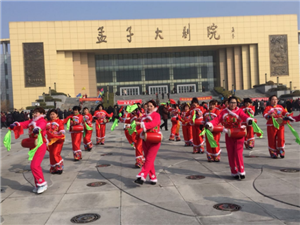 邹城民间艺术展演在孟子大剧院广场举行