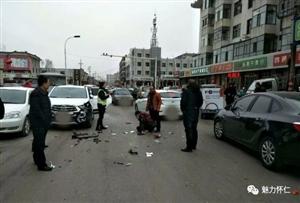 昨天下午,怀仁农贸市场路口一快递哥与越野车相撞,血流一地....