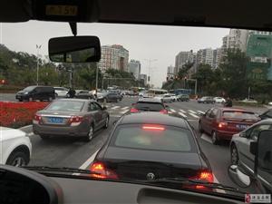 学生开学第一天,交通承压,相关部门领导到隧道北了解交通情况
