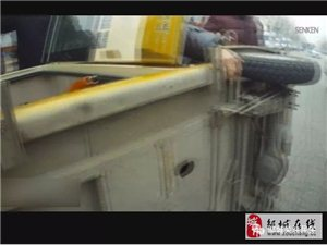 三轮侧翻 ,邹城城管队员救援 ,化险为夷