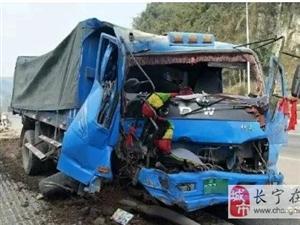 宜宾货车突然爆胎,车头遭撞的稀巴烂!