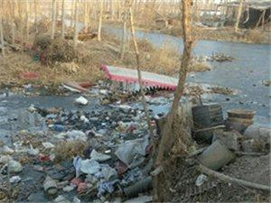 南刘庄村东河边垃圾触目惊心