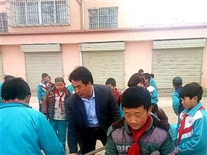 3月5日上磨小学师生走出校门清扫马路街道以实际行动学雷锋