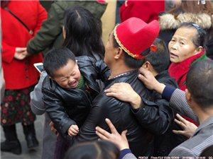"""2018年保保节回顾(三)""""不满意""""猪猪帽保保,被抱宝宝大哭以示抗议"""