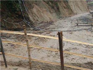 这条路被当地村民挖断了,还打了拦杆拦住,大家来评评理