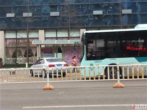 曝光!华兴中学外面的公交站停满了小车,太没得公德心了!