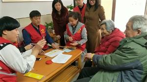 学雷锋,阜城阳光义工走进德隆和天下社区为60岁以上老人发放黄手环