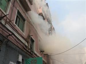 荆门城区一居民楼起火浓烟弥漫消防官兵迅速扑救