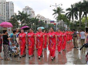 庆祝三八节百人旗袍秀在琼海市万泉广场举行