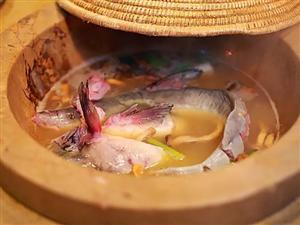 府谷这个地方有一口神奇的石锅!它们用来装各种鱼,引来热捧~