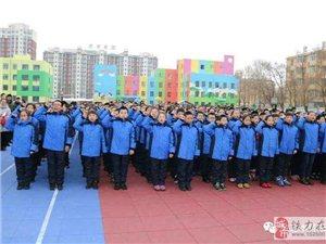 铁力市免费发放学生校服,家长孩子齐称赞。