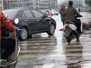 桥北今早发生车祸,下雨天请小心慢行