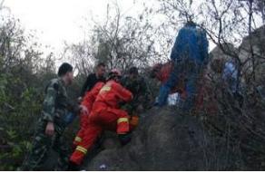 济宁五旬老人被困护驾山上,邹城消防紧急营救