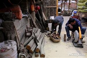 汉中村民把干柴切片做成杯垫,一片能卖5元