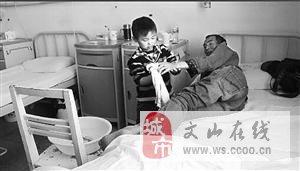保山5岁童医院独自照顾重病父亲50多天