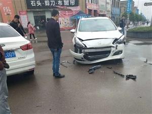 温州商城两车相撞,一车弱爆了