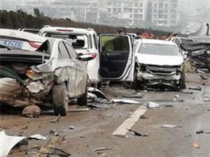 宜宾岷江二桥高速公路十多辆车连环相撞,目前120、119已经赶到现场