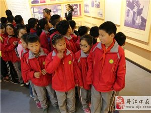 市实验小学四年级师生在清明节前为革命烈士扫墓........。(6)